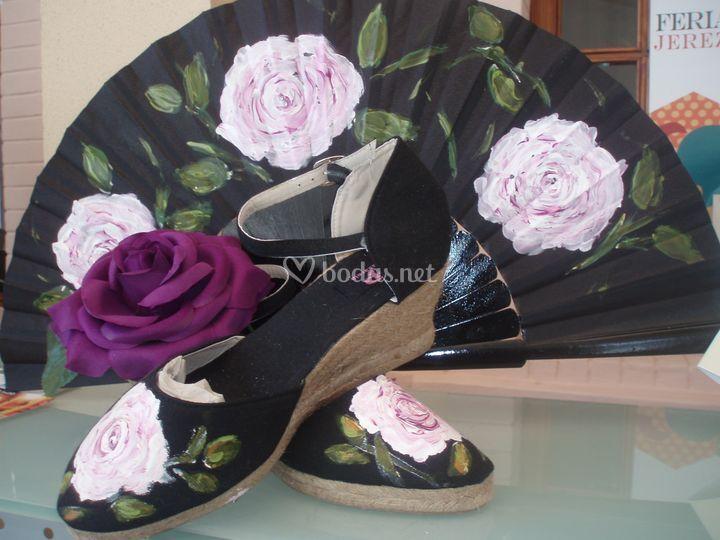 Zapatillas y abanicos pintados