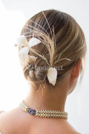 Flor de raso oon cristles y plumas