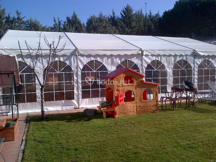 Carpa para boda en un jardín