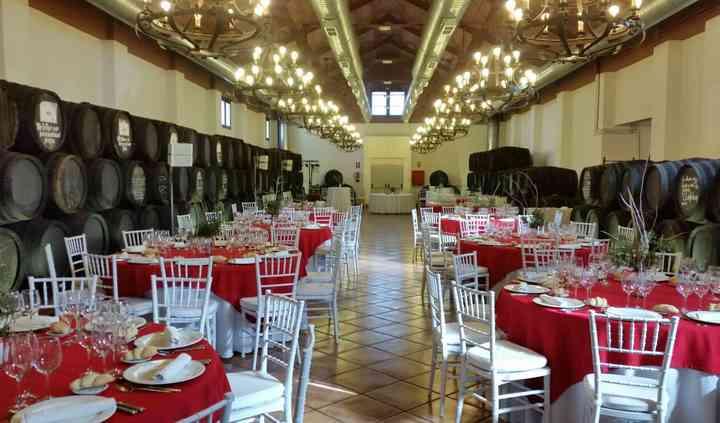 Bodega con mesas rojas