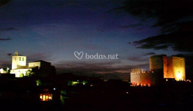 Castillo e iglesia iluminados de noche