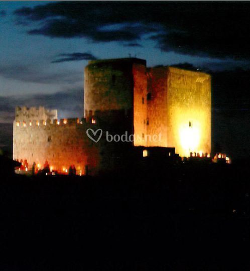 Castillo iluminado de noche de Castillo de Puente del Congosto