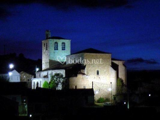 Iglesia iluminada de noche