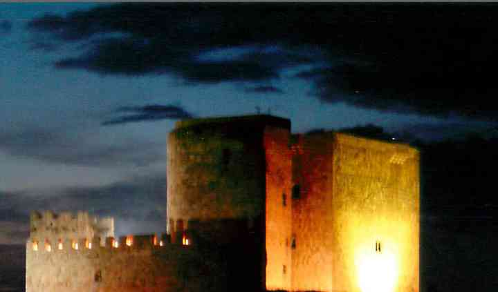 Castillo iluminado de noche