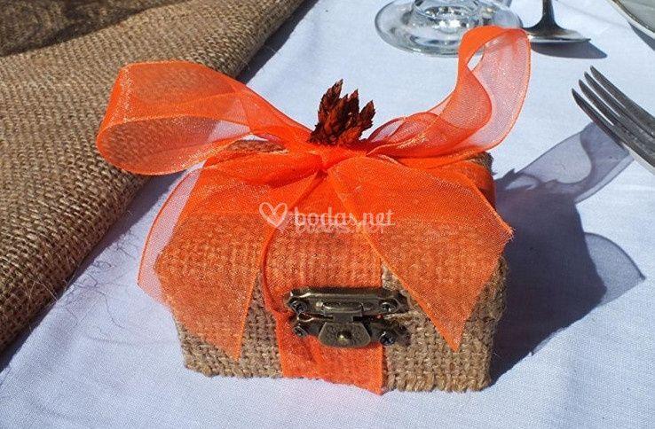 Caja con un gran lazo naranja