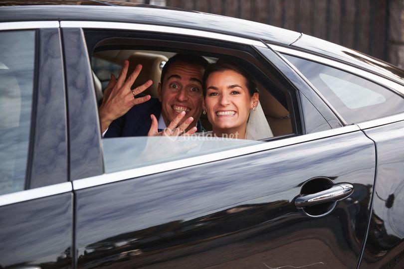 Los novios en el coche nupcial