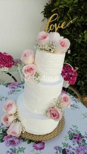 Tarta nupcial con flor natural