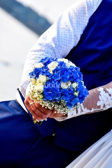 Ramo de rosas blancas y azules