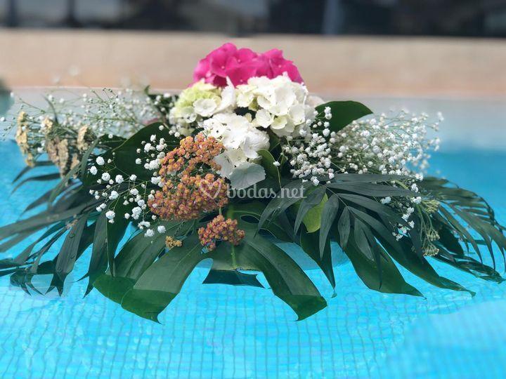 Centro floral para piscina