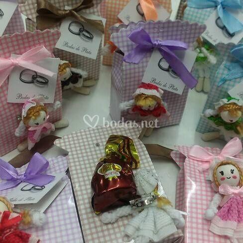 Bolsas con muñecas y bombones