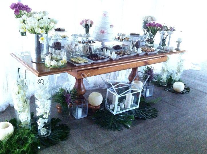Mesa dulce con flores