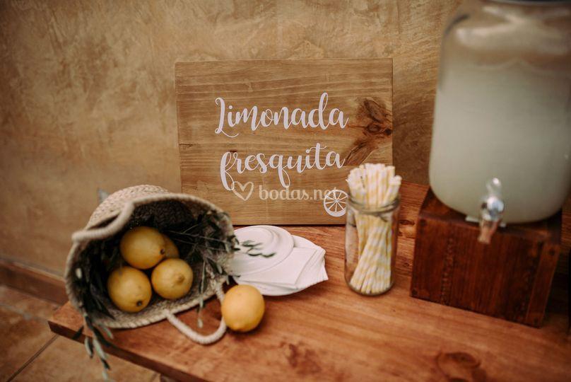 Mesa con limonadas para la recepción