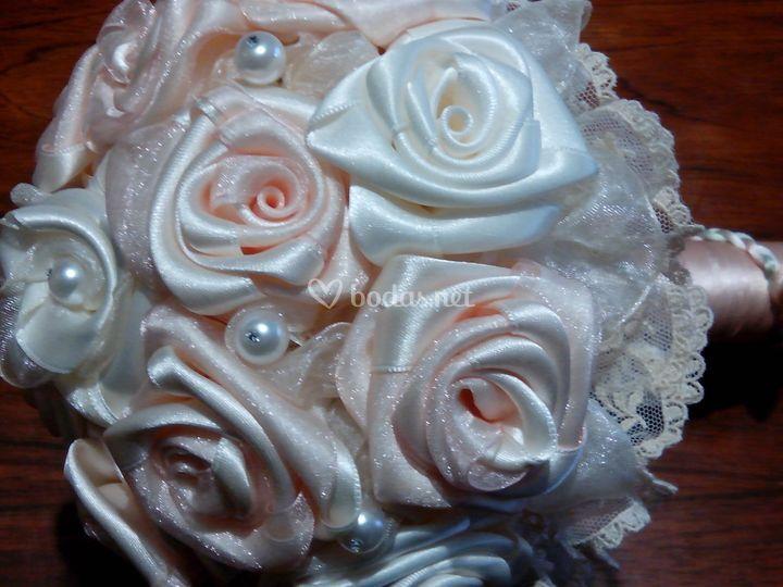 Ramo de rosas de raso