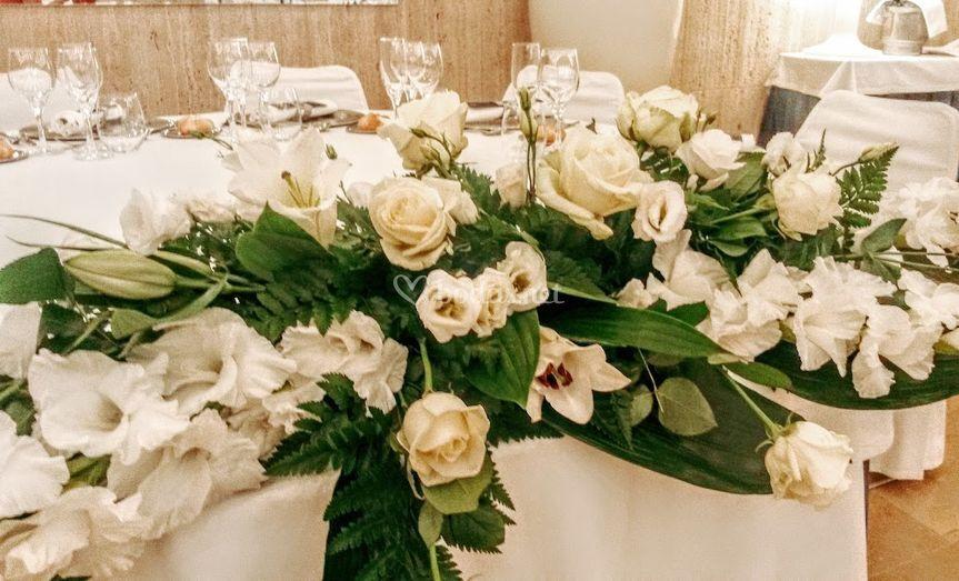 Flores en la mesa nupcial