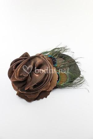 Flor de raso y plumas pavo real
