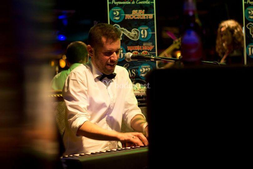A la voz y al piano