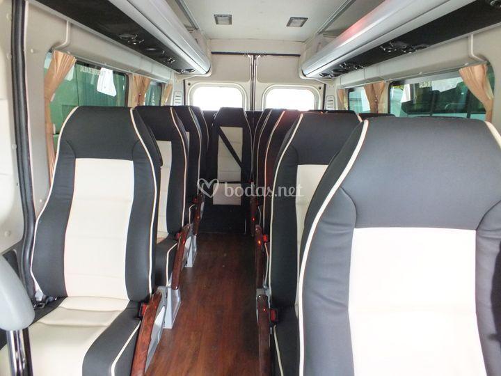 Minibús de 13 personas por dentro