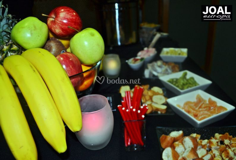 Mesa de frutas y dulces