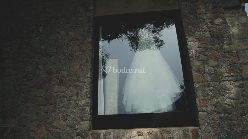 Vestido de novia en ventana
