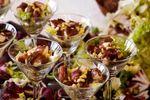 Copas de daikiri con ensalada de queso de cabra y jamón pato