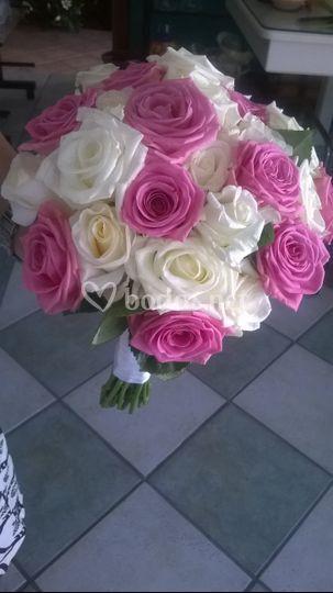 Boquet de rosas rosas y blancas