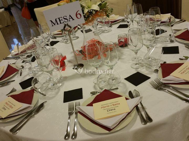 Mesa preparada para el banquete