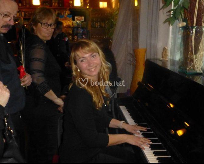 Al piano en un enlace