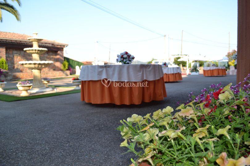 Mesas de la terraza adornadas para boda