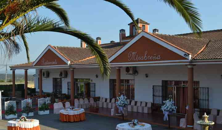 Terraza del restaurante con mesas