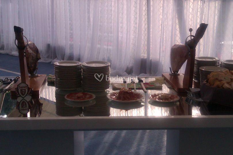La mesa preparada para el cortte