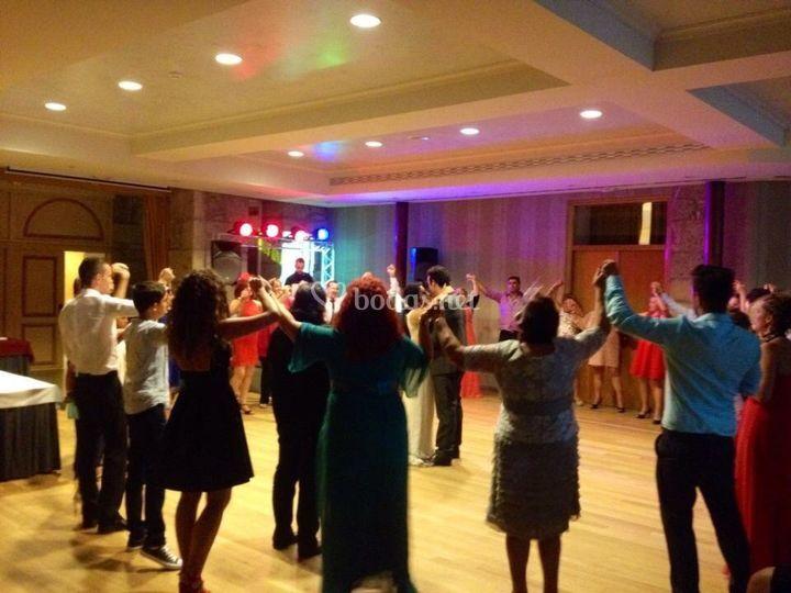 Los invitados bailando en la boda