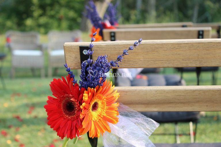Bancos de la boda en un jardín