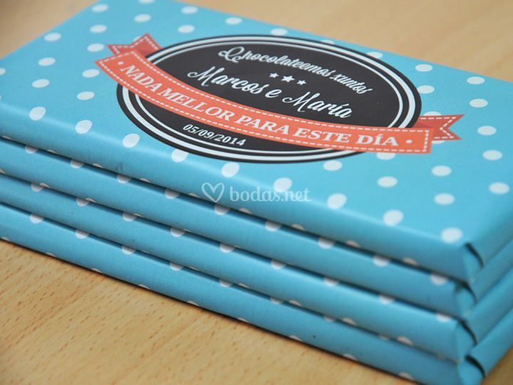 Tabletas de chocolate con envoltorio azul