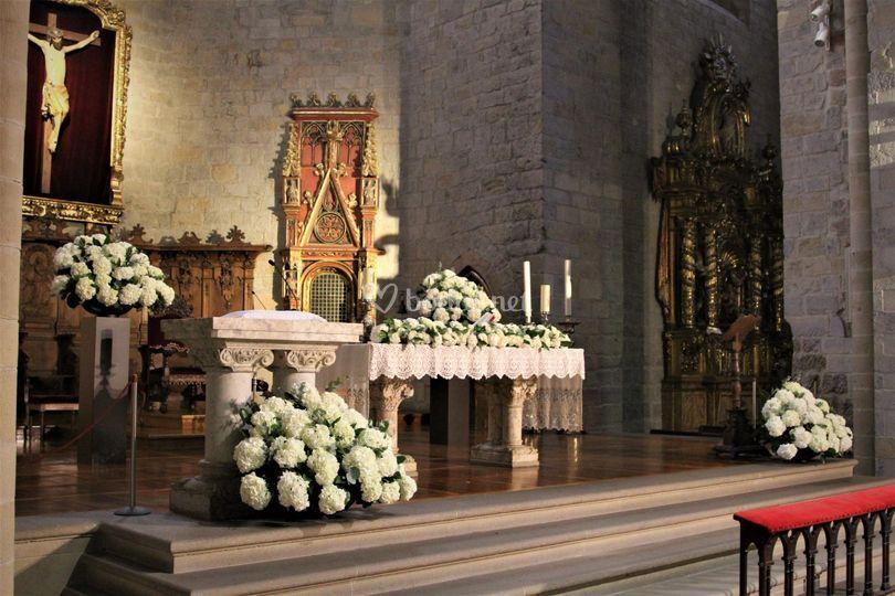 Iglesia con hortensias