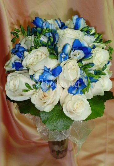 Ramo flores blancas y azules