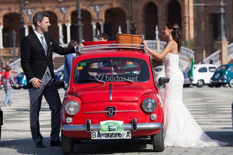 La pareja con el coche