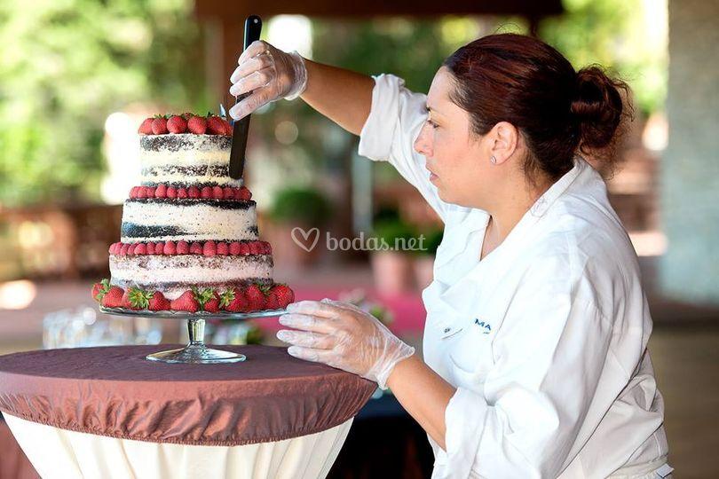 Preparación tarta de boda