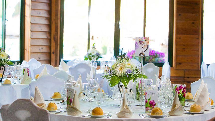 Mesa con mantel blanco