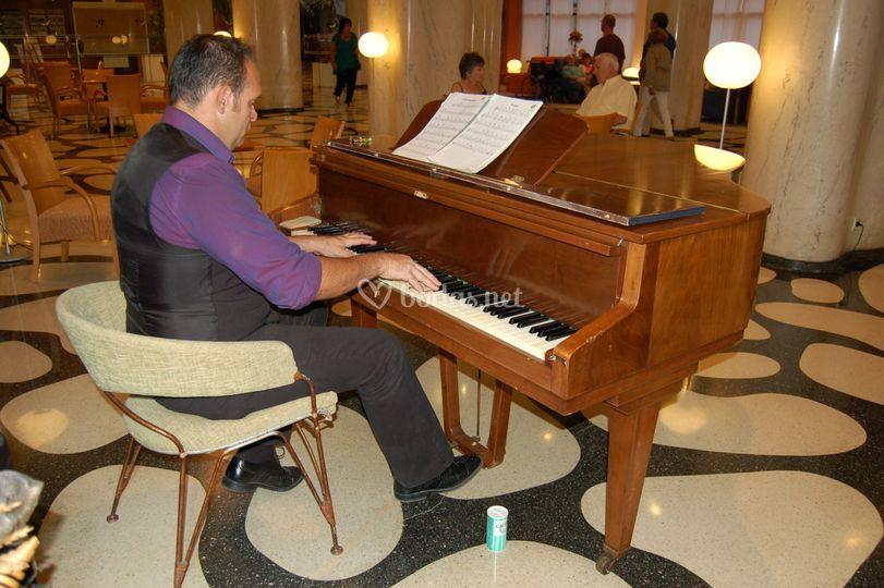 Diego vera al piano