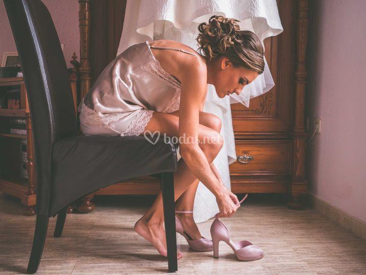 Mientras se coloca sus zapatos