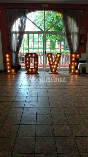 Letras love (nogal)