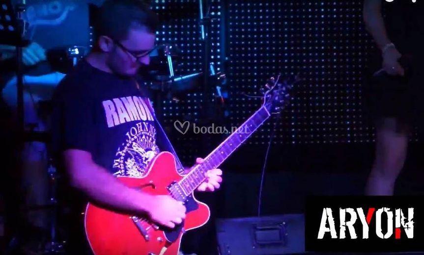Toni, guitarra