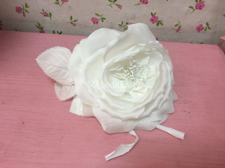 Rosa blanca en seda