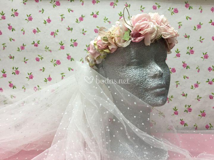 Tiara floral con velo plumeti