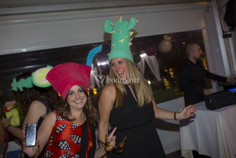 Gente en  boda con sombreros