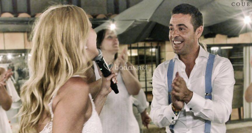 Novia cantándole al novio