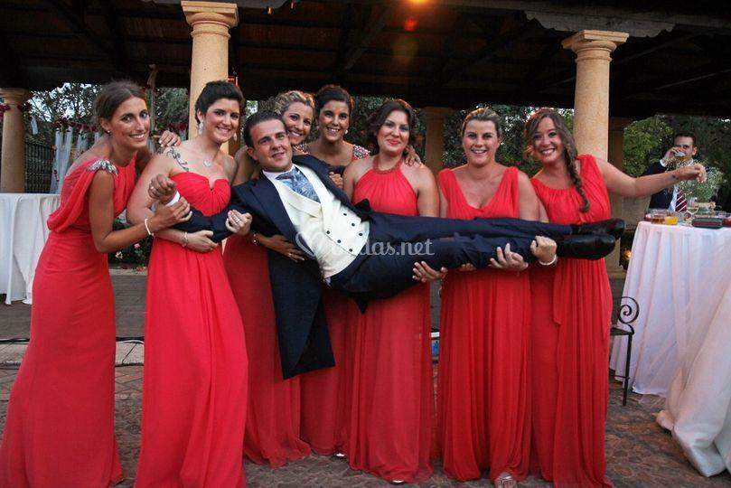 El novio con las damas de honor