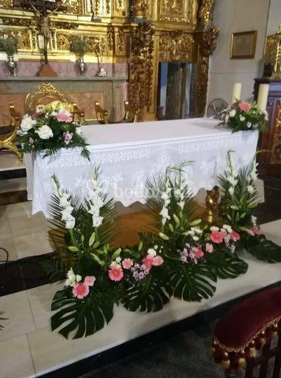 Arreglos florales en iglesia