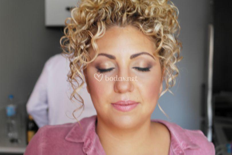 Maquillaje con aerógrafo y peinado