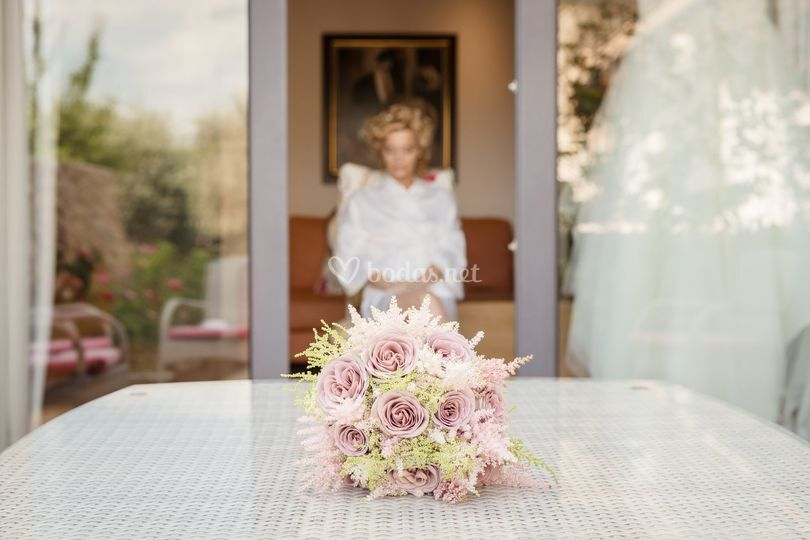 Ramo de flores con la novia de fondo